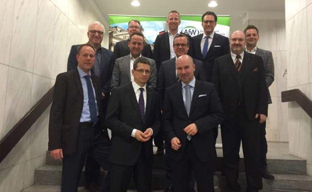Von links nach rechts: Lars Lüthans – Netfonds, Jürgen Schirmer - FondsKonzept, Frank Ulbricht - BCA, Sven Burkhart - WIFO, Norman Wirth – AfW, Norbert Porazik - Fonds Finanz, Frank Rottenbacher – AfW, Oliver Lang - BCA, Sebastian Grabmaier - Jung, DMS & Cie., Carsten Brückner – AfW, Daniel Ahrend - maxpool. Foto: AfW