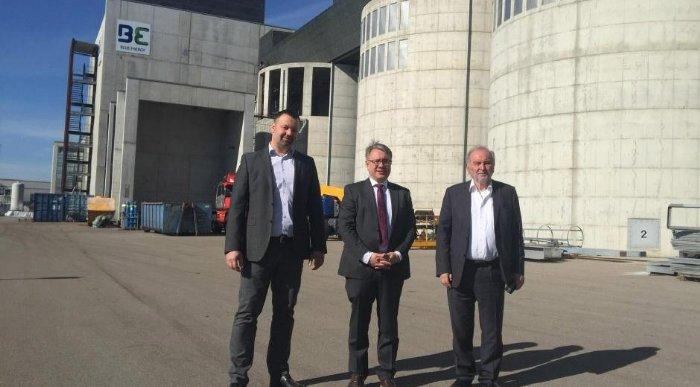 Blue Energy Leuchtturmprojekt für die Energiewende entsteht Vor dem Holzkraftwerk in Senden: Jochen Sautter, Gerd Nüßlein und Herbert Heinz. (Foto: Blue)