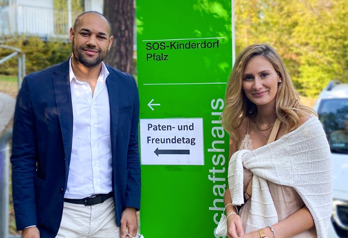 Alpha Real Estate Group Patenschaft mit SOS KInderdorf Alpha Real Estate - Mitarbeiter Leonie Gast, PR- und Marketingmanagerin und Dmitri Richardson, Head of Sales Management